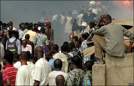 People watching as firemen try to put on the blaze from the pipeline explosion, Lagos, Nigeria  (15 May 2008)