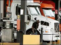 سائق شاحنة في فلوريدا بأمريكا يملأ خزان سيارته بالوقود