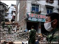Un hombre inspecciona los daños en un pueblo destrozado por el terremoto en China.