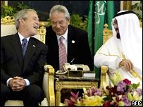 El presidente de EE.UU. ríe durante una reunión con el rey de Arabia Saudita.