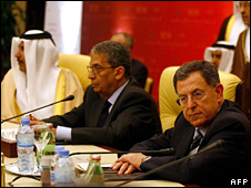 Fouad Siniora (r) and Amr Moussa (c) at the talks in Qatar (17 May 2008)