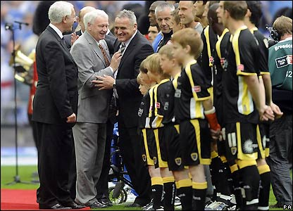 Sir Bobby Robson shares a joke with Cardiff boss Dave Jones