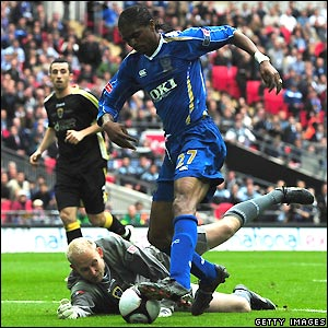 Kanu goes close for Pompey