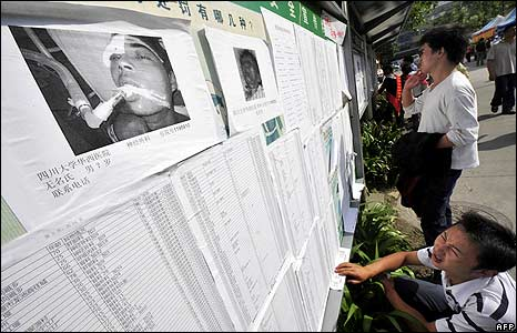 People read hospital patient lists in Chengdu 18/5/08