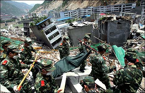 Workers remove a body from debris in Beichuan 18/5/08