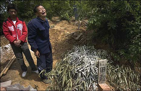 Bai Yushan crying over grandson's grave 18/5/08