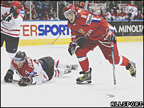 Хоккеист российской сборной Александр Овечкин (фото Allsport)