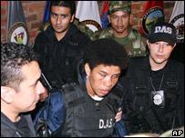 """""""Karina"""" (centro) es escoltada por la policía el 18 de mayo"""