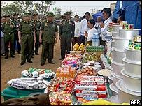 El líder de la junta militar, general Than Shwe, visitó por primera vez este domingo a víctimas del ciclón cerca de Rangún. AFP