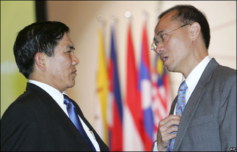 Burma's Foreign Minister Nyan Win (l) speaks with Singapore counterpart George Yeo (r) at the Asean meeting in Singapore, 19 May 2008