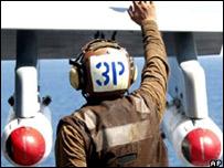 Bombas de racimo cuelgan de las alas de un avión estadounidense