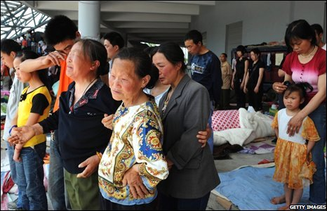 Earthquake victims in Beichuan cry during three-minute silence