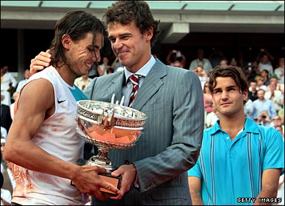 Gustavo Kuerten gives the French Open trophy to Rafael Nadal