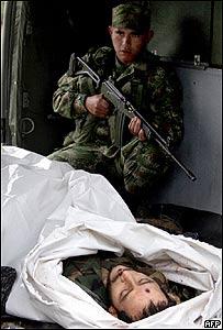 Soldado colombiano junto al cad�ver de Iv�n R�os, de las FARC, AFP