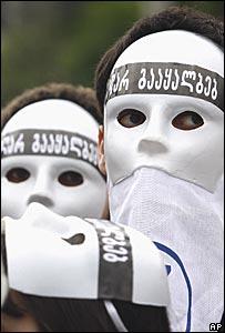 Два активиста грузинской оппозиции в белых масках с надписью на грузинском языке: 'Тебе не подтасовать выборы!'