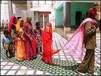 Foto de archivo: Boda de Mina de 8 a�os con Sukhram, de 22 en Rajast�n (1998)