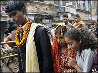 Una pareja de reci�n casados en Varanasi, India