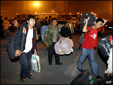 Residents of Mianyang, Sichuan province, leave their homes after aftershock warning - 19/5/2008