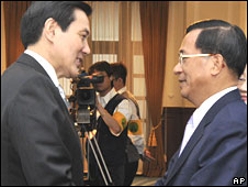Chen Shui-bian (R) leaves the presidential office and as his successor Ma Ying-jeou (L) takes over in Taipei on 20 May2008