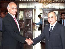 Indian Foreign Secretary Shiv Shankar Menon, left, and his Pakistani counterpart Salman Bashir in Islamabad, 20 May