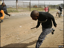 Rioters and residents flee after police fire rubber bullets on the outskirts of Johannesburg, 20 May 2008