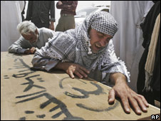 Iraqis grieving over coffin of relative, Najaf, May 14 2008