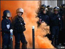 Police guard France's agricultural ministry against protesting fishermen 21/05/08