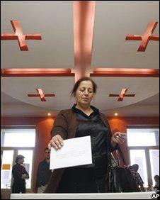 A Georgian woman votes in Tbilisi