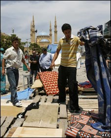 Lebanese opposition supporters dismantle a camp in central Beirut (21/05/08)