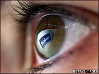 Logotipo de Facebook reflejado en un ojo humano
