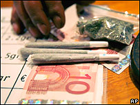 Cigarros y bolsa de marihuana en barra de coffeshop