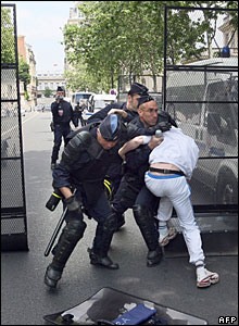 French police trap a protester near the agriculture ministry in Paris, 21 May 2008