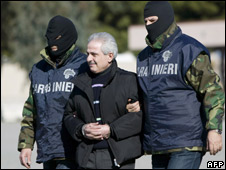 'Ndrangheta chief Pasquale Condello (centre) escorted by Italian policemen, 19 February 2008