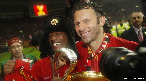 Ryan Giggs (r) and Patrice Evra celebrate with the trophy after the win over Chelsea