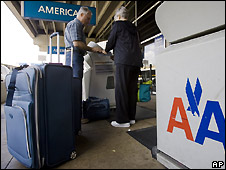 Passengers check in bags with AA at Pittsburgh airport - 21/5/2008