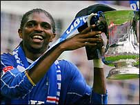 Nwankwo Kanu holds the FA Cup