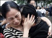 Mujeres lloran en una base militar de Chengdu, la capital de la provincia de Sichuan