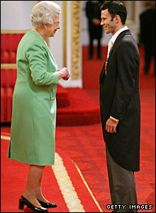 Giggs receives his OBE from the Queen
