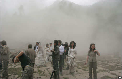 Dust covering newly wed couples in Pengzhou