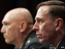 Gen David Petraeus (R) and Lt Gen Raymond Odierno, (L), testify on Capitol Hill in Washington (22.05.08)
