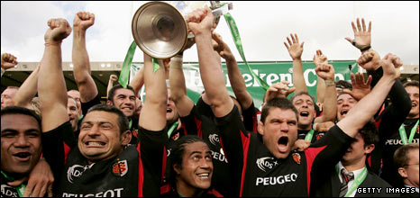 Toulouse captain Fabien Pelous lifts the Heineken Cup in 2005