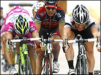 Daniele Bennati (left) edges out Mark Cavendish (right) and Robbie McEwan