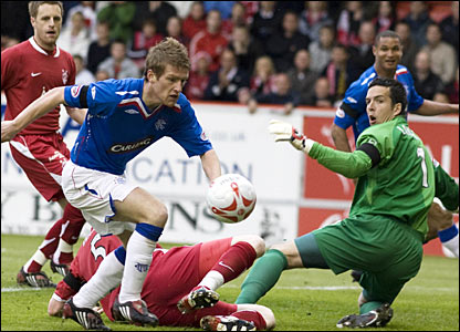 Rangers midfielder Steven Davis (2nd from left) has a chance in front of goal