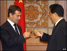 Russian President Dmitry Medvedev (left) and Chinese President Hu Jintao toast in Beijing on 23 May 2008