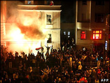 Serbian protesters set fire to the US embassy in Belgrade, Serbia (21/02/08)