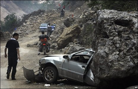 Car hit by huge rock on road in Dujiangyan