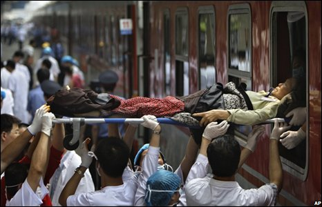 Injured person moved into train at Minyiang station