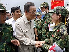 Ban Ki-moon meets Chinese medics in Yingxiu on 24 May