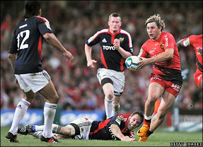 Cedric Heymans takes on the Munster defence