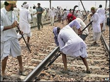 Gujjars vandalise railway tracks - photo 23 May